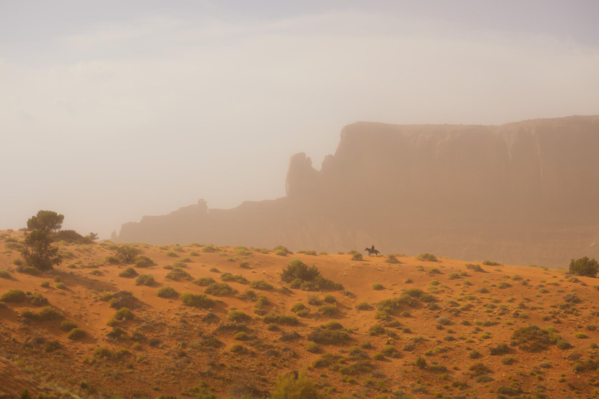Monument Valley - Einheimischer Reiter im Sandsturm