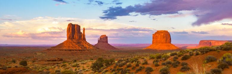 Monument Valley - Die drei berühmten Tafelberge im Abendlicht