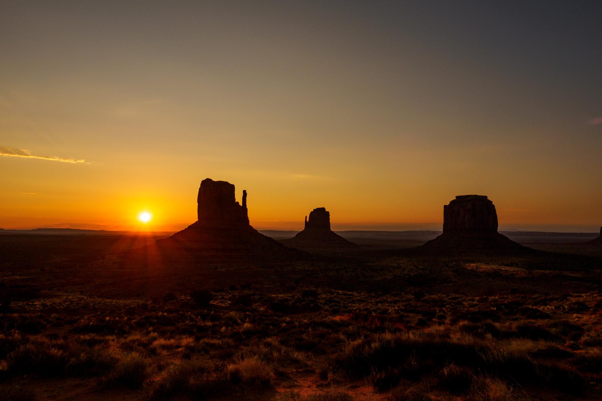 Monument Valley - Die drei berühmten Tafelberge im Morgenlicht