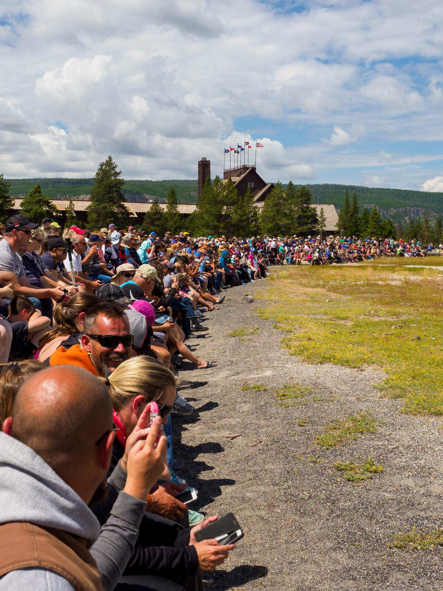 Yellowstone Nationalpark - Touristen beim Old Faithful