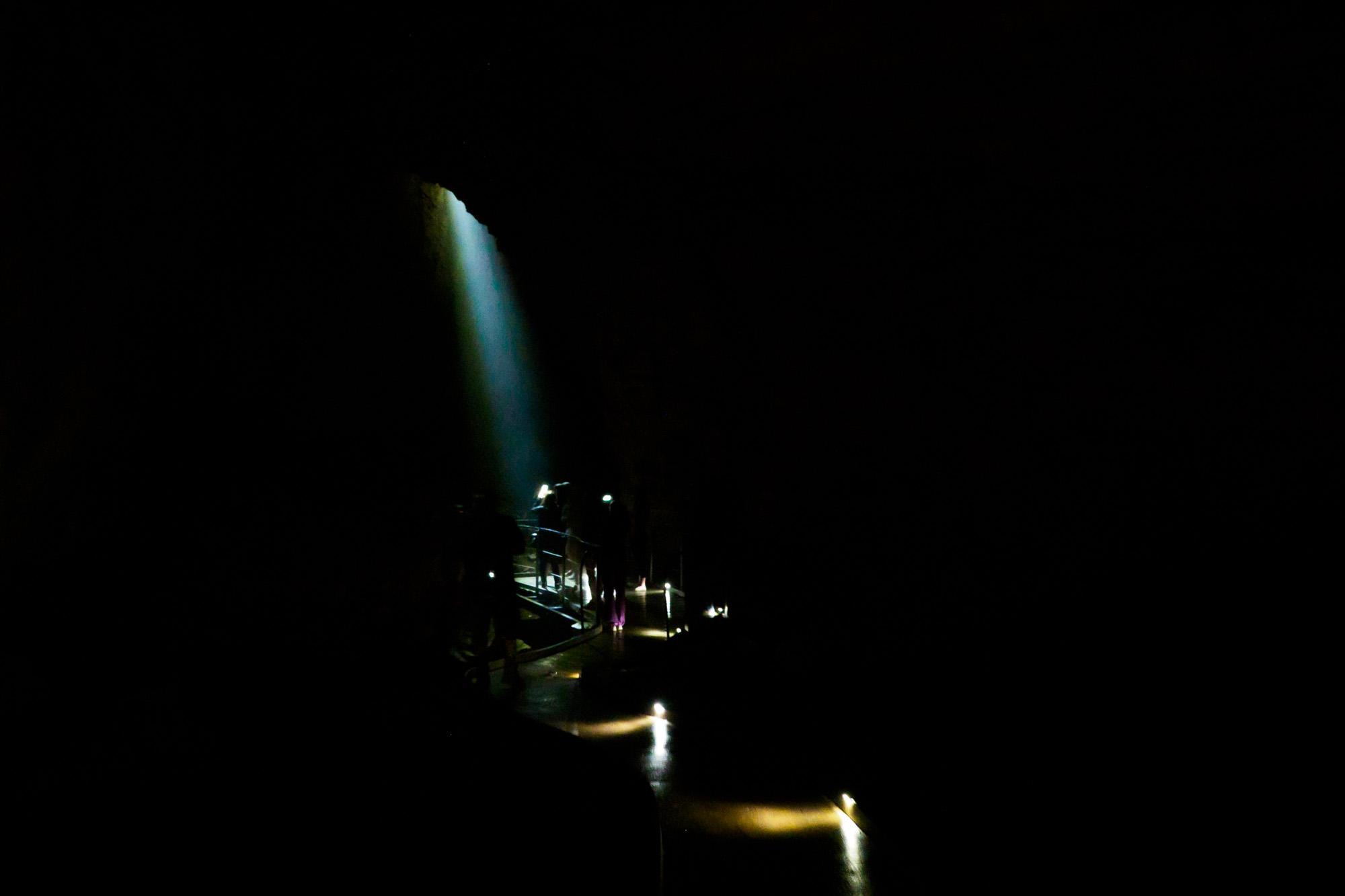 Waitomo - Licht fällt durch die Höhlendecke auf den Boden
